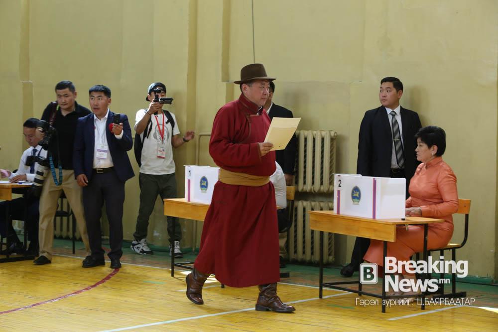 ФОТО: Ерөнхийлөгчид нэр дэвшигч М.Энхболд саналаа өглөө